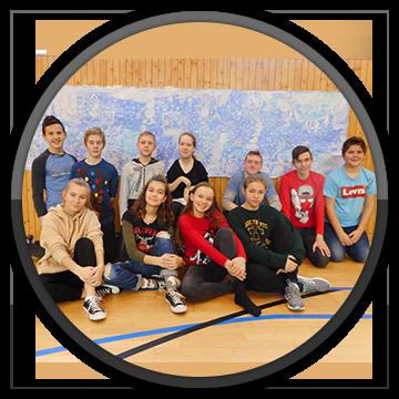 Kolektív žiakov pomáha spolužiačke na vozíku